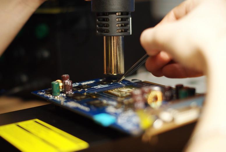 Очень осторожно проверяя пинцетом поплыл ли чип.