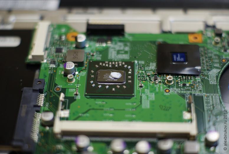Наносим небольшое количество пасты на процессор. Термопасты не должно быть много, не надо лепить, чтобы вытекало, как некотрые любят.