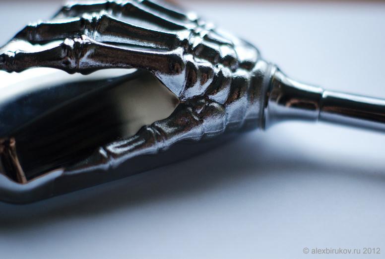 Держатель зеркала в виде руки скелета