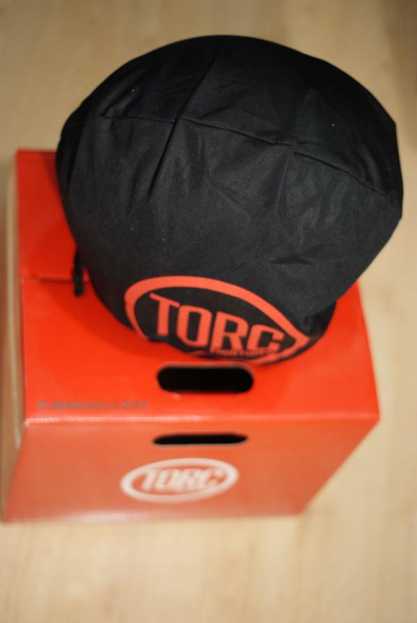 Шлем с коробкой и в тряпочном чехле, в принципе стандартная комплектация.
