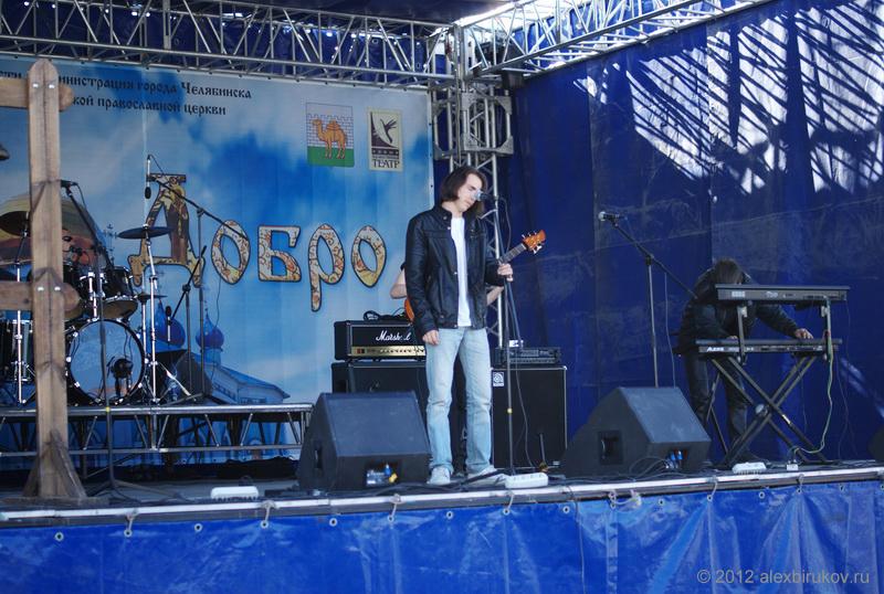 Потом на сцену вышел вот этот парень, который странно бродил по сцене, а на гитаре у них играл пожилой лысеющий мужик.