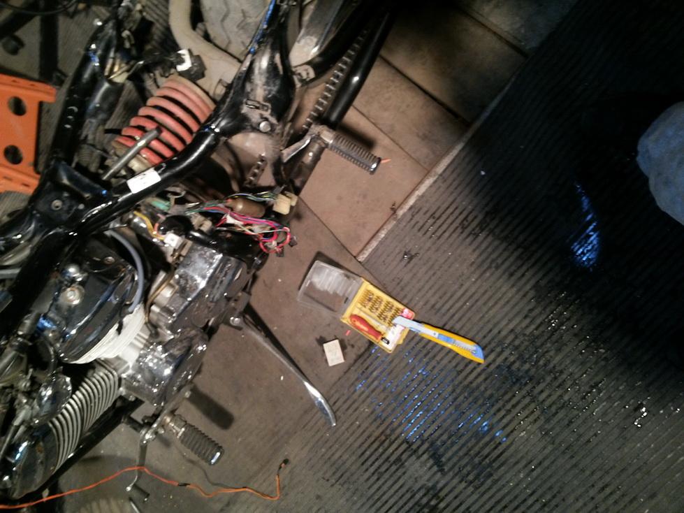 Очищаем провода от жира и грязи, зачищаем их и подготавливаем к пайке.