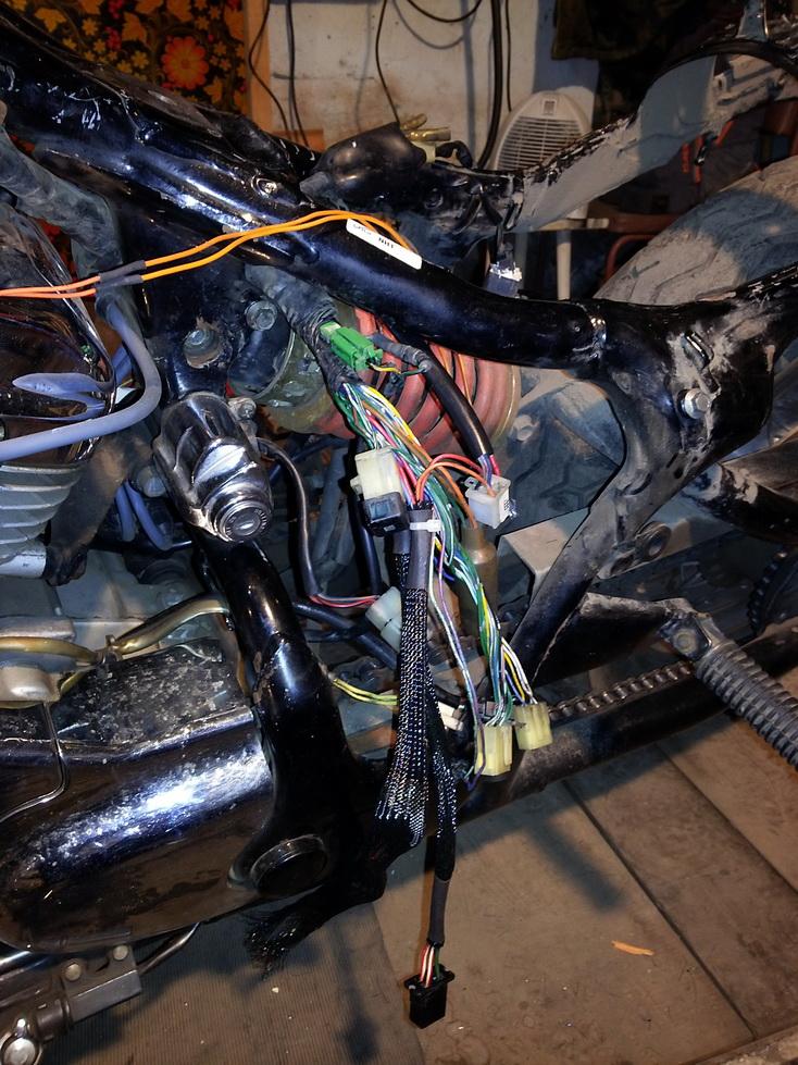 Проводка мотоцикла после пайки и надевания оплётки на провода.