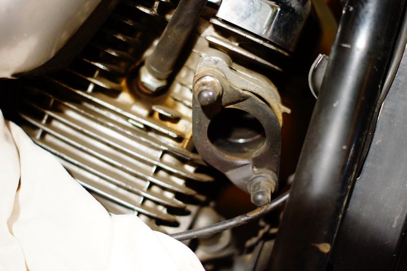 Зажимы для выхлопных труб на двигателе мотоцикла.