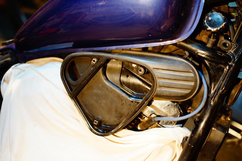 Полость мотоцикла, расположенная под воздушным фильтром.