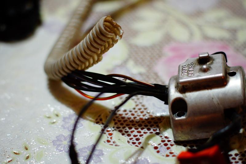 Снимаем старую оплётку с проводов.