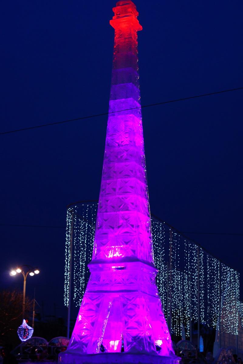 Эйфелева башня выполненная изо льда.