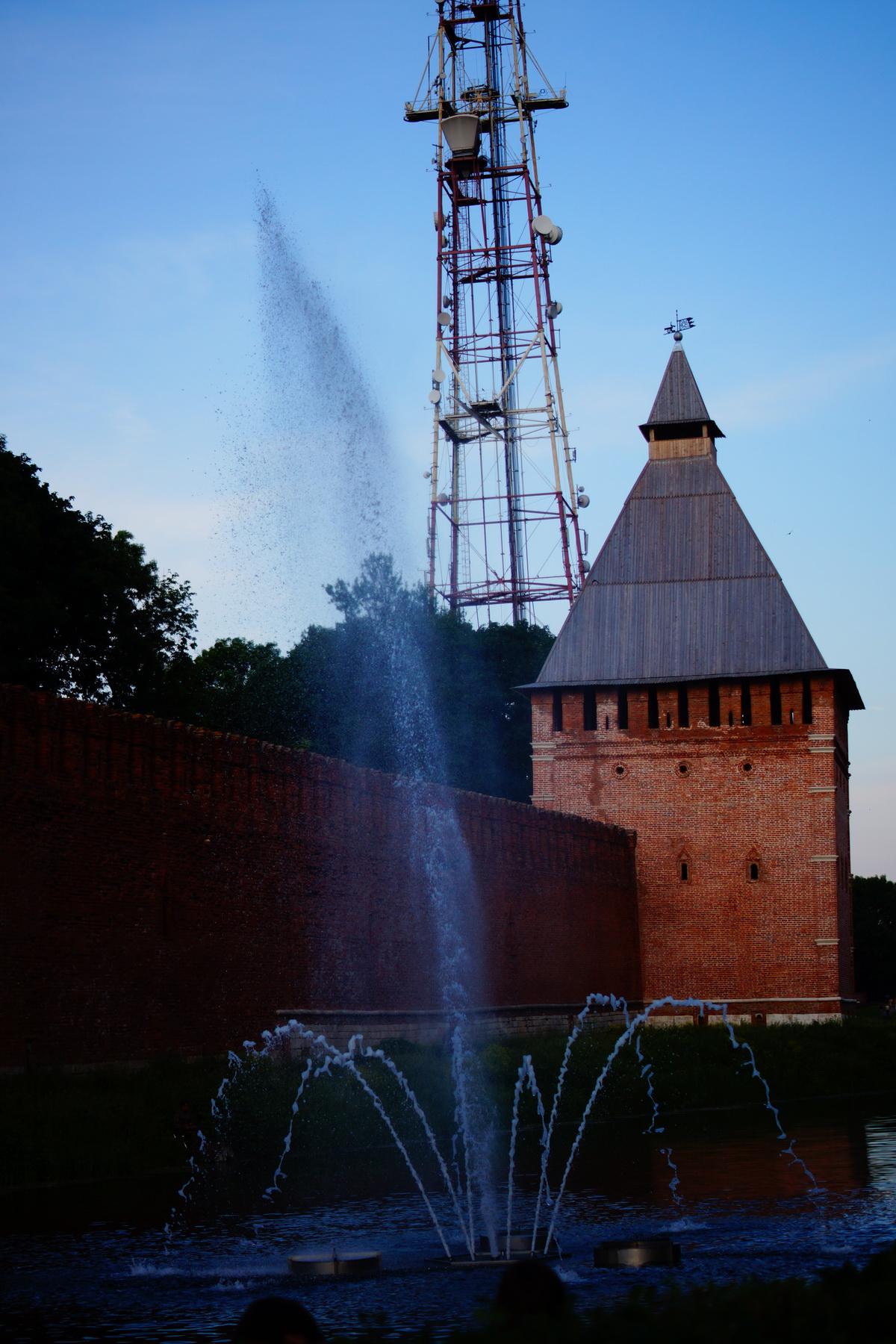 Фонтан около крепостной стены