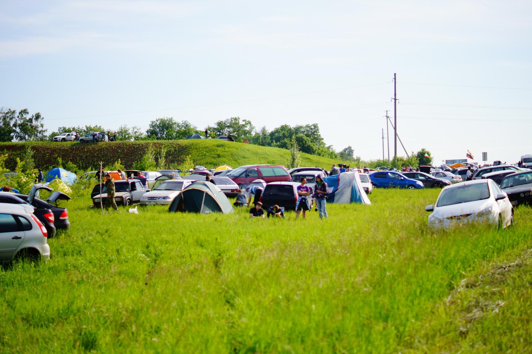 Машины и палатки