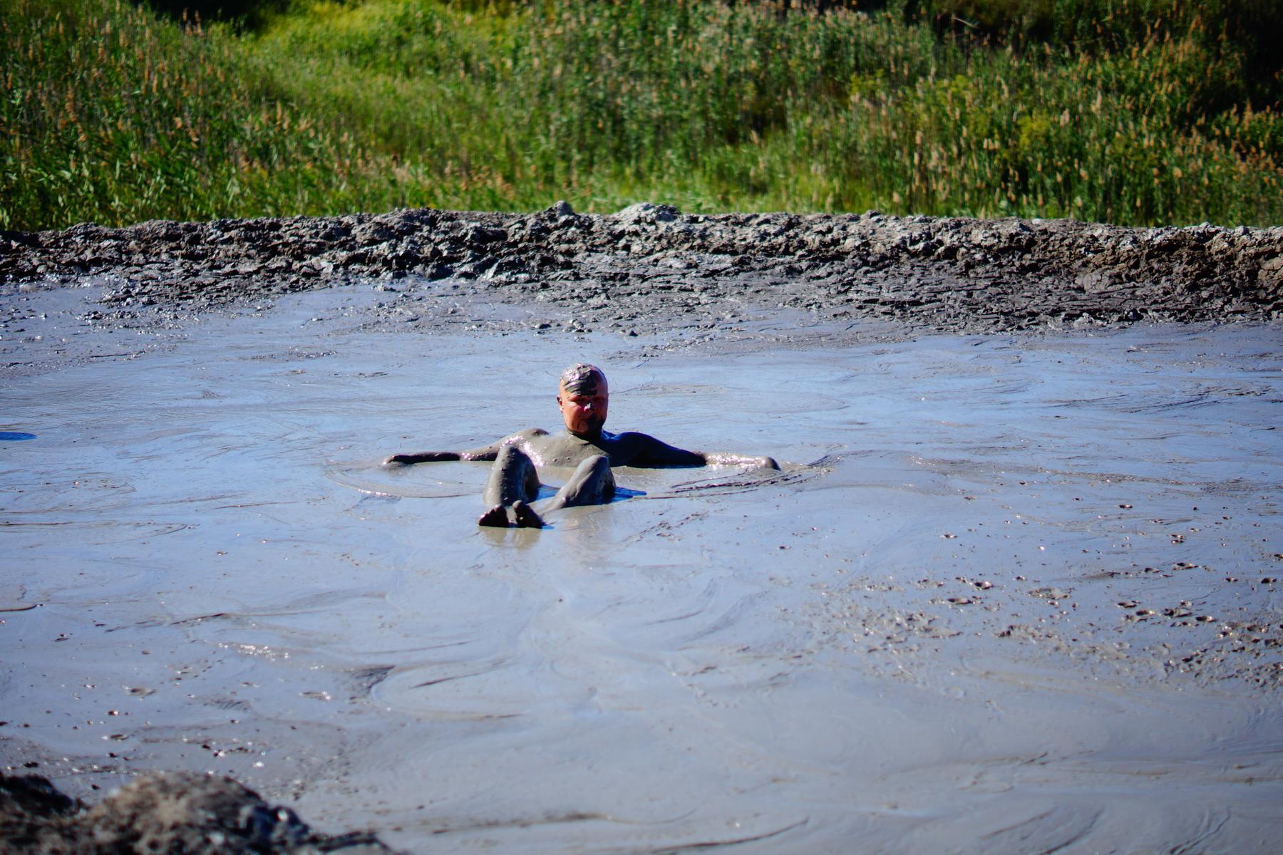 Денис на грязевом вулкане.