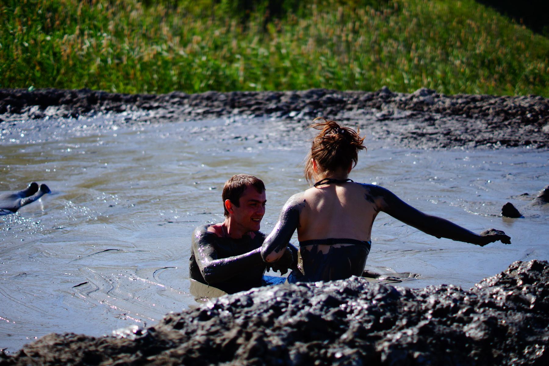 Саша + Маша в грязевом вулкане.