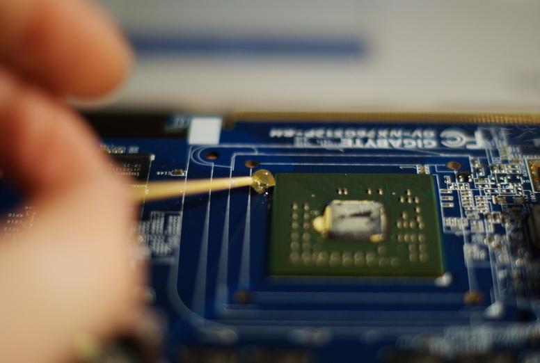 Флюс наносим аккуратно по периметру чипа.