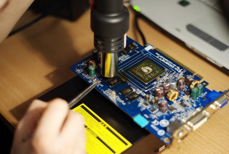 Сразу после GPU греем память. Предварительно сдобрив всё тем же флюсом.