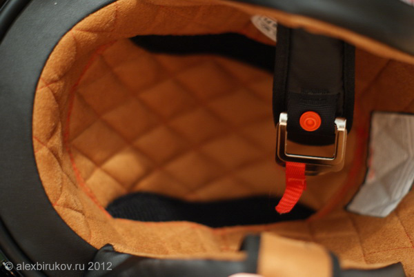 Внутри шлем обшит мягкой тканью.